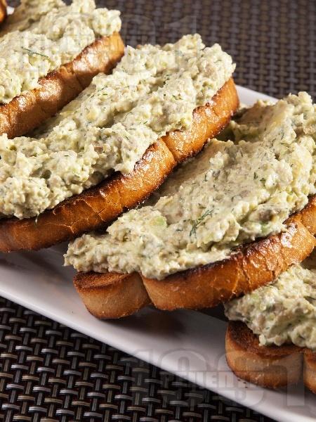 Лесен и вкусен пастет от авокадо, чесън и синьо сирене в блендер (разядка за мазане, закуска, дип) - снимка на рецептата
